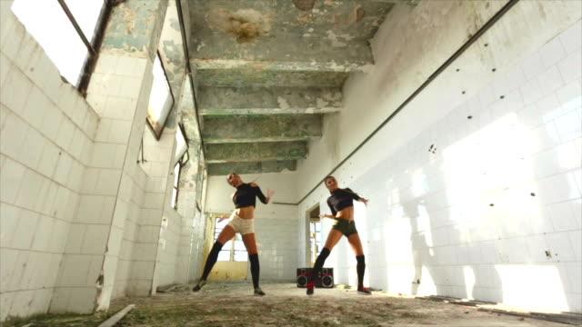 vídeos de stock e filmes b-roll de female hip hop dancers - concrete wall interior
