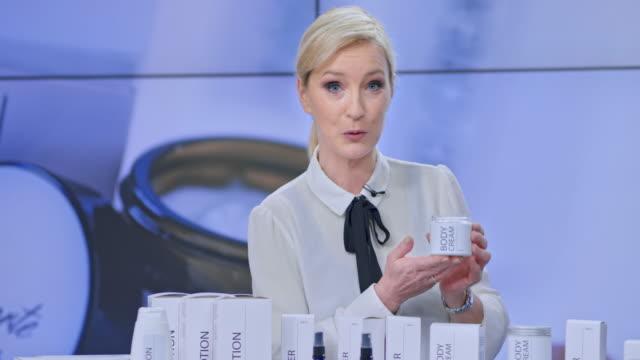 vídeos y material grabado en eventos de stock de mujer host hablando de la línea cosmética se presenta en su show de tv - anuncio