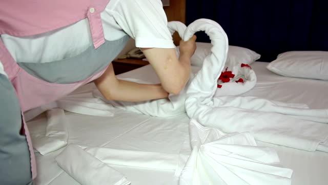 weibliche zimmerreinigung arbeiter maid machen-bett - schwan stock-videos und b-roll-filmmaterial