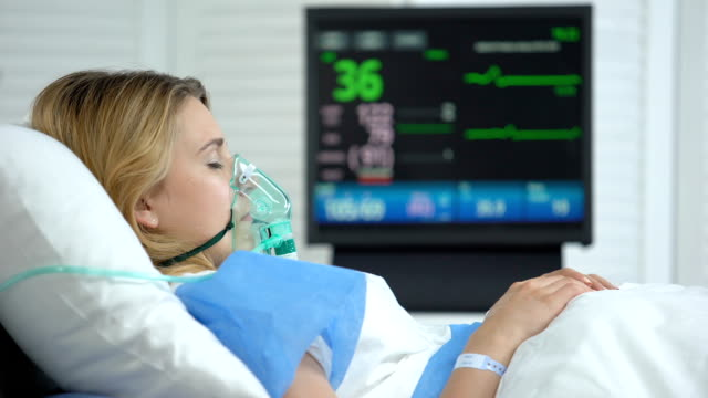 vídeos y material grabado en eventos de stock de mujer en coma, frecuencia cardíaca cayendo a cero en el monitor ecg, muerte del paciente, salud - recién nacido 0 1 mes