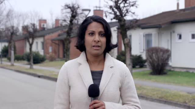 フィールドから報告しているインドの女性の記者 ビデオ