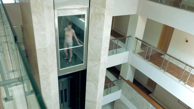 女性は移動に立っているガラスリフト - グラス点の映像素材/bロール