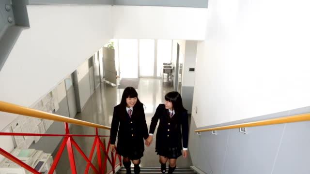 階段を登る女子中学生 - 制服点の映像素材/bロール