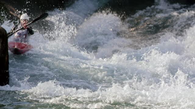 slo mo ds kajakfahrerin auf wildwasserschnellen im wettbewerb - kanu stock-videos und b-roll-filmmaterial