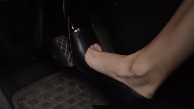 vídeos de stock, filmes e b-roll de perna feminina de salto alto, pressionando o pedal de freio - carro mulher