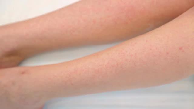 脱毛後の女性の脚 - リップクリーム点の映像素材/bロール