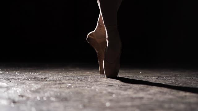 weibliche beine spitzenschuhe. ballett-praxis. schöne schlanke grazile beine balletttänzerin. hautnah. - ballettröckchen stock-videos und b-roll-filmmaterial