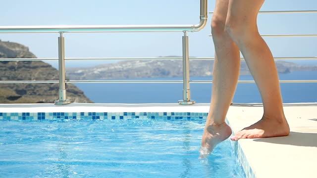 female legs splashing the pool water - dito del piede video stock e b–roll
