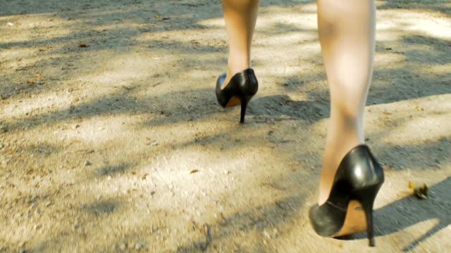 weibliche beine. frauen rennen in high heels - hoher absatz stock-videos und b-roll-filmmaterial