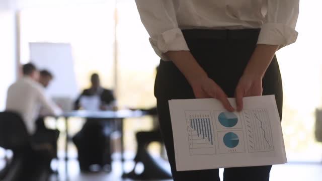 stockvideo's en b-roll-footage met vrouwelijke manager papier financiële statistieken verslag achter back - ongerustheid