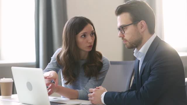 weibliche manager versicherer beratung männlichen kunden mit laptop bei meeting - grundschullehrer stock-videos und b-roll-filmmaterial