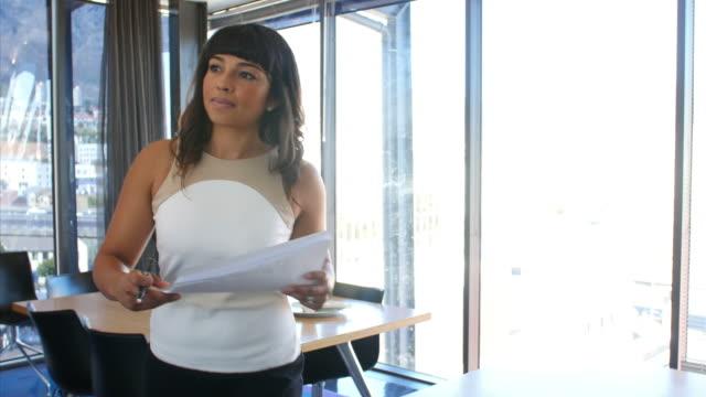vídeos de stock e filmes b-roll de mulher gerente de falar com colega no escritório de plano aberto - stabilized shot