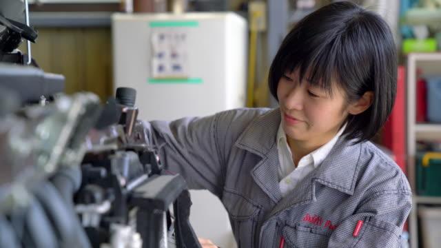 雌整備工 - 機械工点の映像素材/bロール