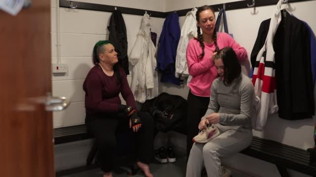 ロッカー ルームで準備する女子総合格闘家 - オルタナティブカルチャー点の映像素材/bロール
