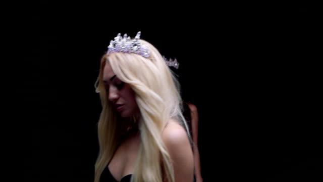 vídeos de stock e filmes b-roll de female model in the crown posing in the studio jewelry - coroa