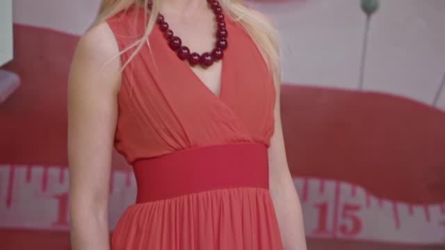 stockvideo's en b-roll-footage met vrouwelijke model presenteert een jurk die draaien rond voor het publiek van de show te zien van het ontwerp - 30 39 jaar
