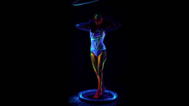 バブルチューブでカラフルなボディを持つ女性モデル ビデオ