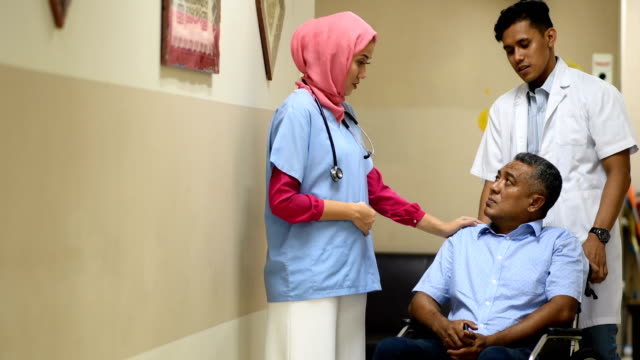 female muslim doctor consulting with a patient - inserviente medico video stock e b–roll