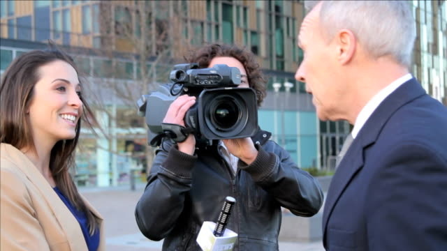weibliche newsreporter vor ort interview executive-massage für herren - journalist stock-videos und b-roll-filmmaterial