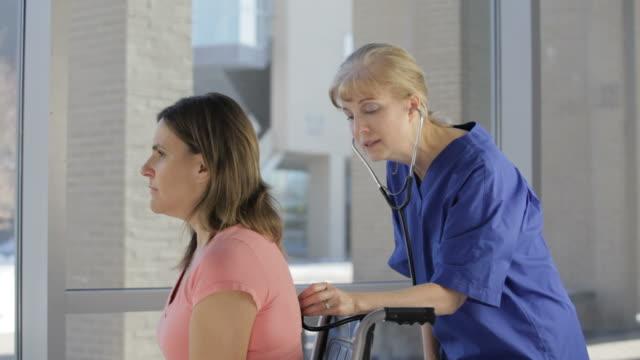 vidéos et rushes de infirmière et patient - infirmière