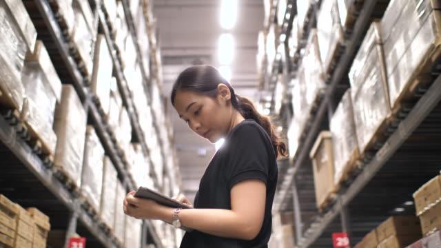 物流倉庫女性在平板電腦上工作 - 亞太地區 個影片檔及 b 捲影像