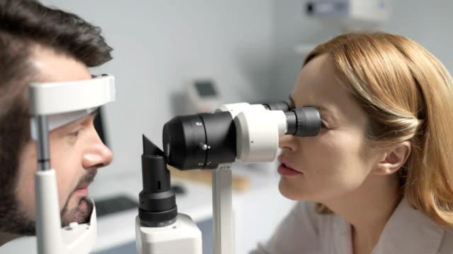 女性検眼の視力の患者のためのテストを行う ビデオ