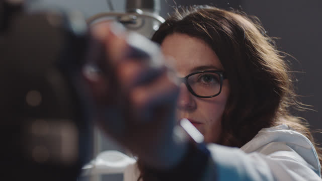 vídeos de stock, filmes e b-roll de ots. optometrista feminino muda as lentes e ajusta phoropter no paciente durante o exame ocular de rotina. - exatidão