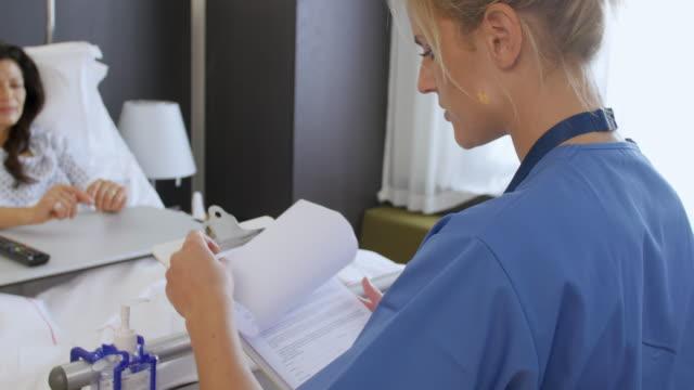 Paciente y médico en Hospital habitaciones tienen la consulta - vídeo