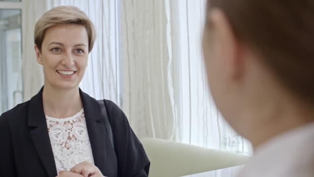 bayan hasta, hastane resepsiyon masası - hotel reception stok videoları ve detay görüntü çekimi