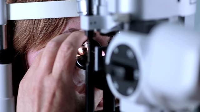 女性患者の検眼医医療出席。現代的な近代的な医療機器 - 検眼医点の映像素材/bロール