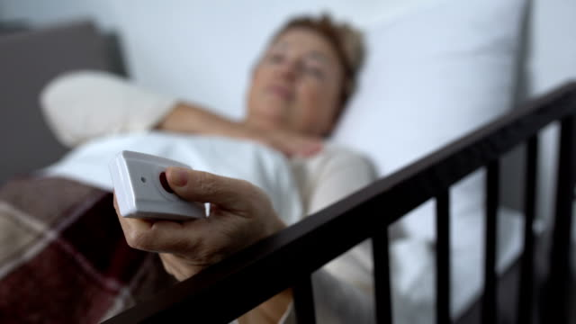 여성 환자 압박 간호사 전화 버튼의 식을 잃고, 병원 서비스 - aids 스톡 비디오 및 b-롤 화면