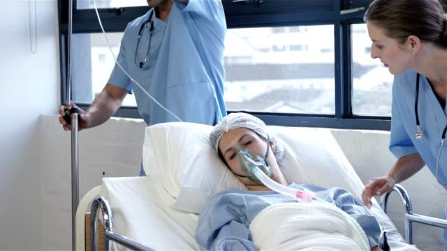 kvinnlig patient som får artificiell ventilation - kvinna ventilationssystem bildbanksvideor och videomaterial från bakom kulisserna