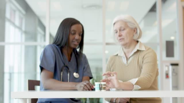 weibliche patientin mit diabetes hilft der krankenschwester - niedrig stock-videos und b-roll-filmmaterial