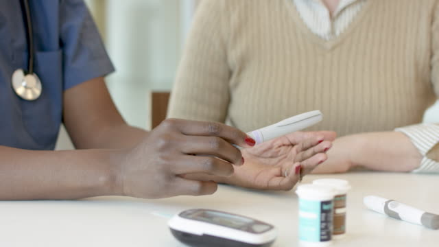weibliche patientin mit diabetes wird von krankenschwester unterstützt - niedrig stock-videos und b-roll-filmmaterial