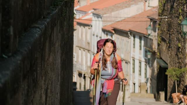 kvinnlig pilgrimsvandring runt santiago de compostela i spanien - pilgrimsfärd bildbanksvideor och videomaterial från bakom kulisserna