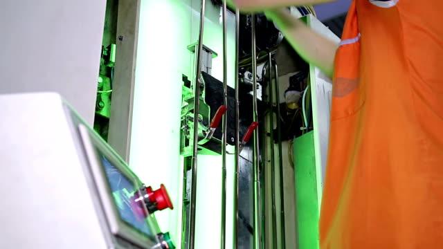 kvinnliga produktion arbetstagare i plagg fabrik - strumpbyxor bildbanksvideor och videomaterial från bakom kulisserna