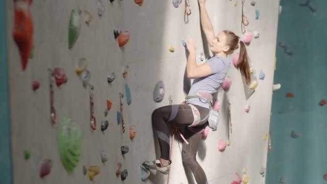 female professional climber üben bouldern - bouldering stock-videos und b-roll-filmmaterial