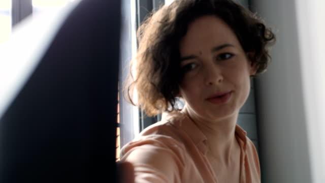 kvinnliga programmerare diskuterar över dator - 35 39 år bildbanksvideor och videomaterial från bakom kulisserna