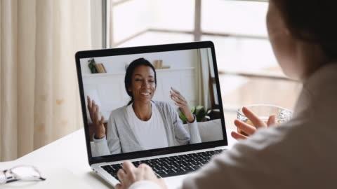 psicologa donna che consulta cliente donna africana durante la sessione di consulenza online - due persone video stock e b–roll