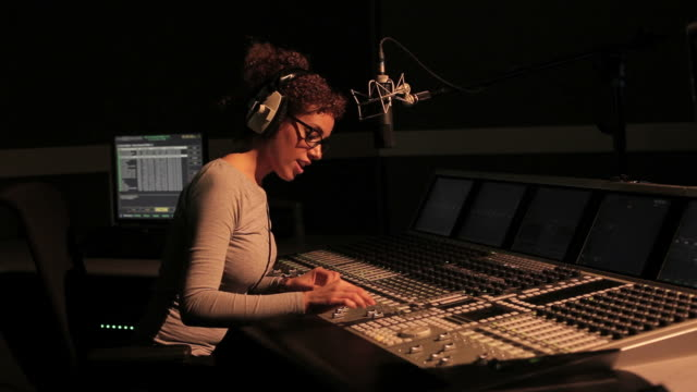 weibliche radio dj arbeiten im tonstudio - aufnahmegerät stock-videos und b-roll-filmmaterial