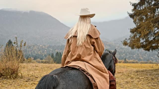 SLO MO femelle rancher cheval montagne - Vidéo