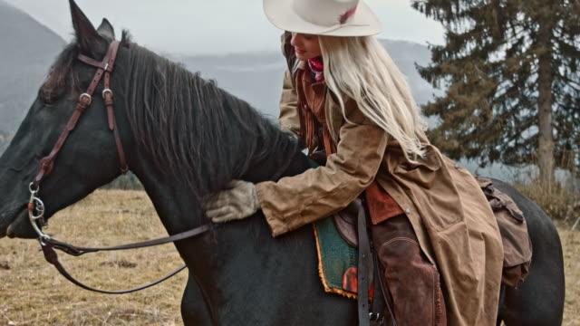 SLO MO femelle éleveur caressant son cheval - Vidéo