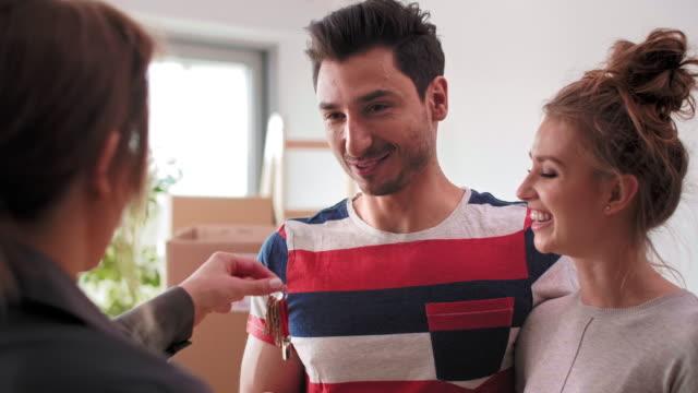 여자 부동산 수 건네 키 에 남자 - home 스톡 비디오 및 b-롤 화면