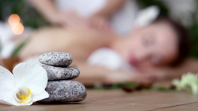 kvinna avkopplande under ayurveda massage på spa - massageterapeut bildbanksvideor och videomaterial från bakom kulisserna