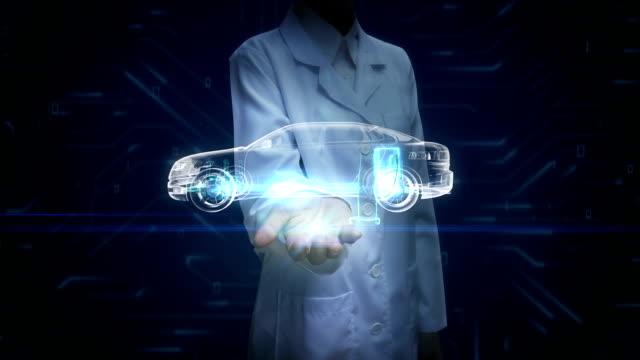 forscherin, ingenieur offene handfläche, elektronik, wasserstoff, lithium-ionen-akku echo auto. laden autobatterie. zukünftiges auto. - wasserstoff stock-videos und b-roll-filmmaterial