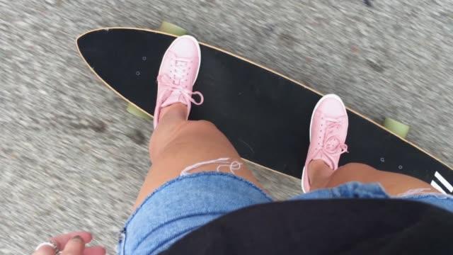 스케이트 보드의 여성 라이더 관점 보기 - influencer 스톡 비디오 및 b-롤 화면