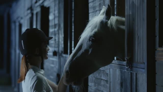 SLO Missouri femme cycliste des caresses son cheval dans la nuit - Vidéo