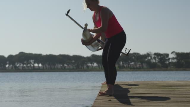 vidéos et rushes de entraînement féminin d'équipe d'aviron sur une rivière - abaisser