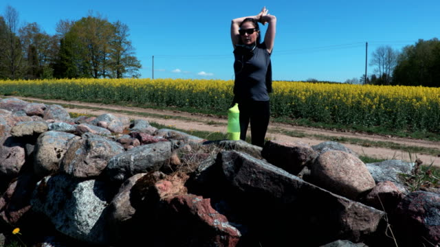 kvinnlig löpare under utomhusträningen i vacker natur landskap - tävlingsdistans bildbanksvideor och videomaterial från bakom kulisserna