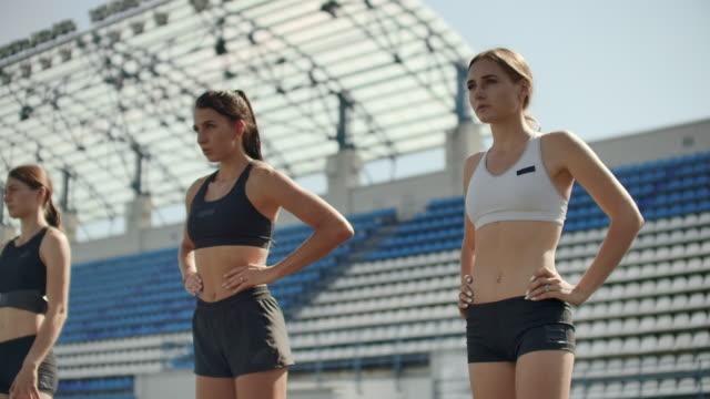 kvinnliga löpare på friidrott spår crouching på start blocken innan ett lopp. i slow motion - maj bildbanksvideor och videomaterial från bakom kulisserna
